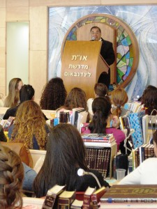 Rabbi Riskin speaks to students of Midreshet Lindenbaum in the college's beit midrash, reportedly the largest Torah study hall for women in the world