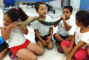 Kindergarteners in Azur familiarizing themselves with the shofar