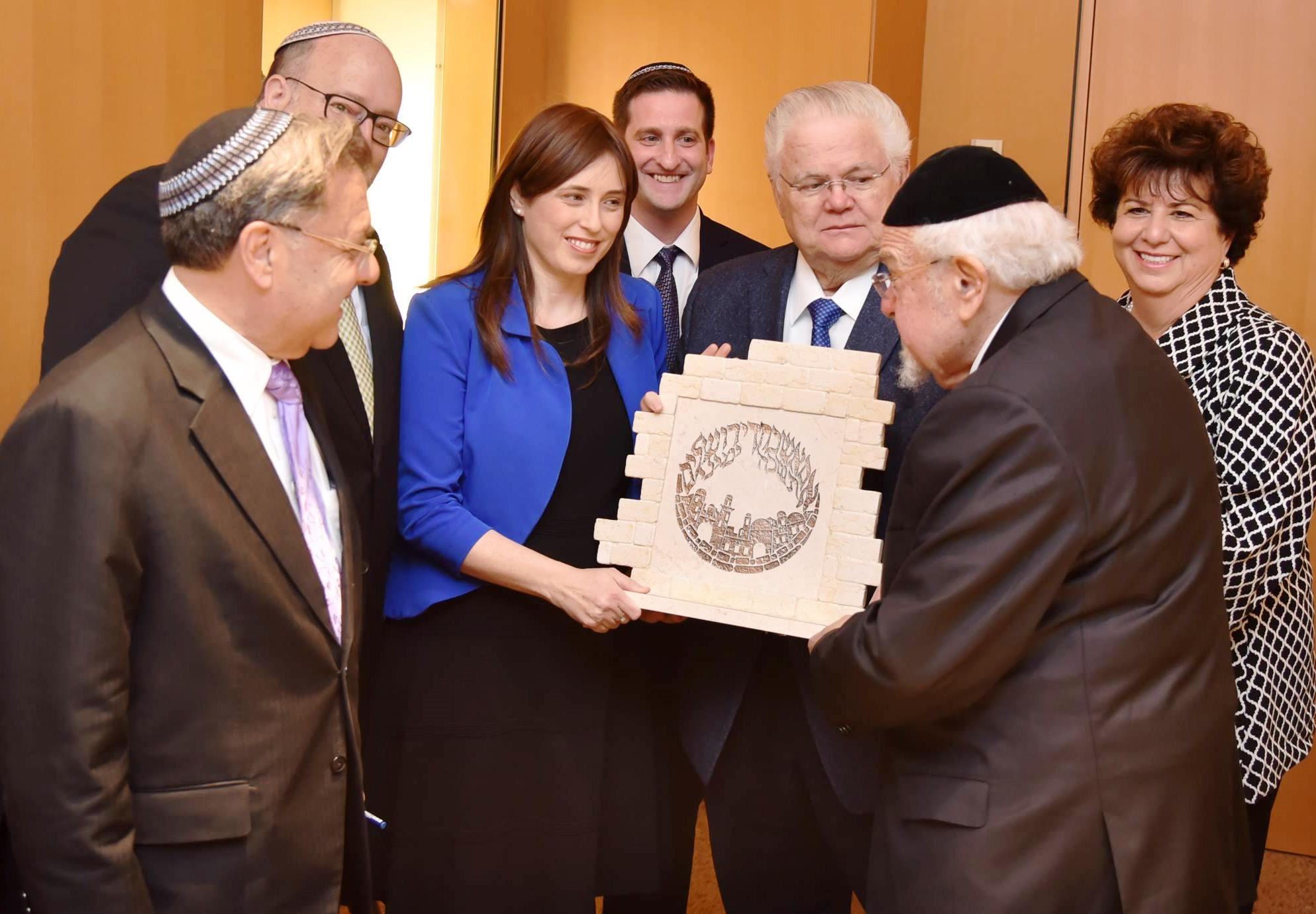 Rabbi Scheinberg receives an award