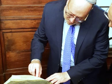Reviewing the 1402 manuscript of Maimonides' Mishneh Torah at the Jewish Museum of Venice