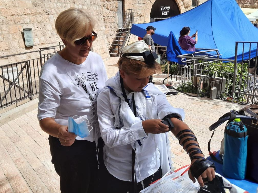 putting on tefillin at the kotel